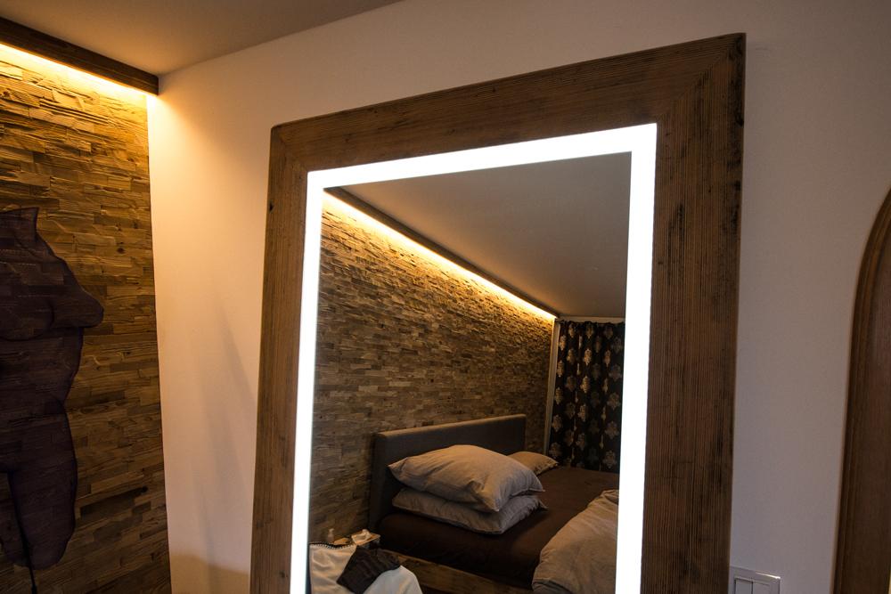 Spiegel mit Holzrahmen und Leuchtrand