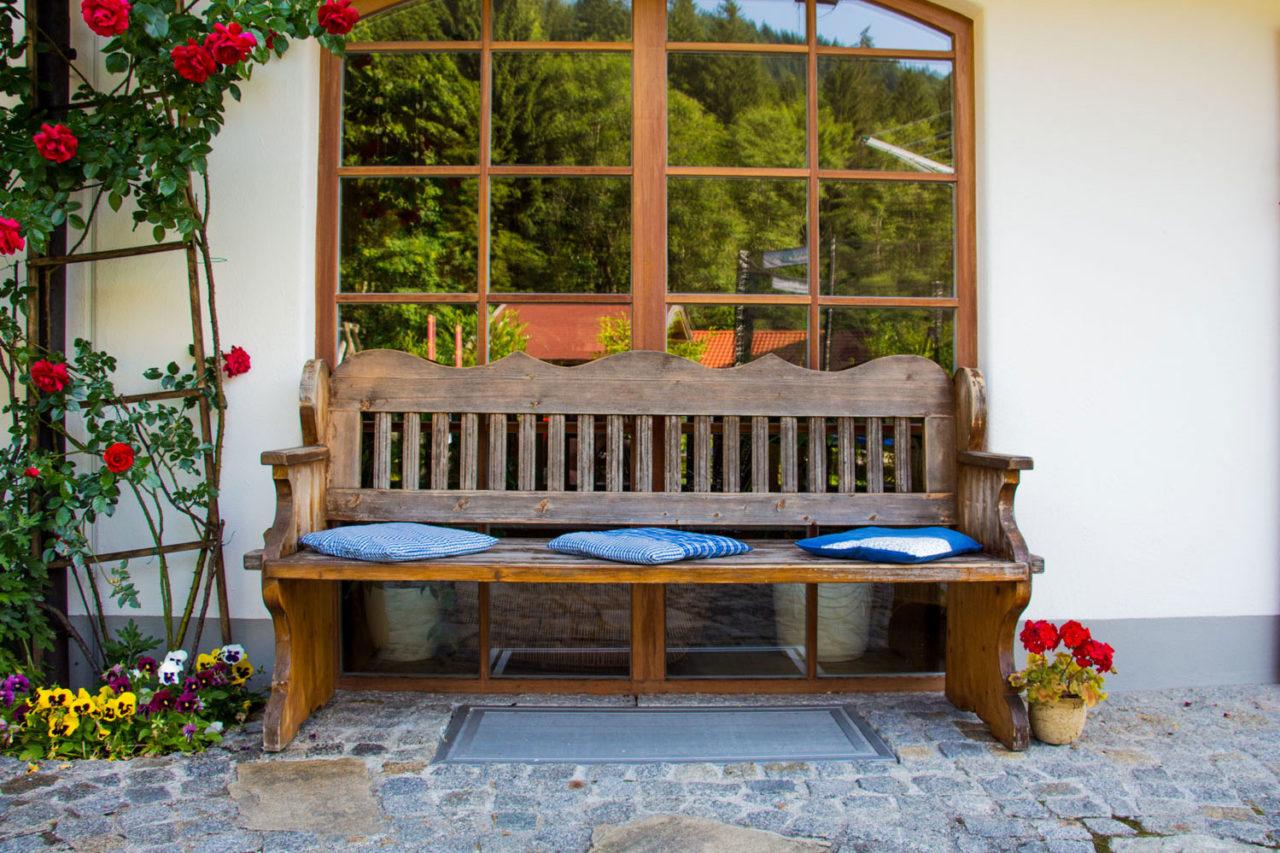 Holzbank vor Fenster